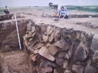 Каменная облицовка оборонительной стены сохранилась более чем на 1,5 м.JPG
